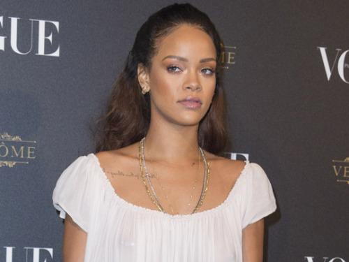 Rihanna : en chemise de nuit pour sortir en soirée !