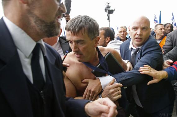 Air France : Xavier Broseta, le DRH de la compagnie, agressé par des salariés (Vidéo)