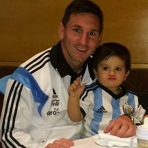 Instant mignon : Lionel Messi à table, son fils dans ses bras