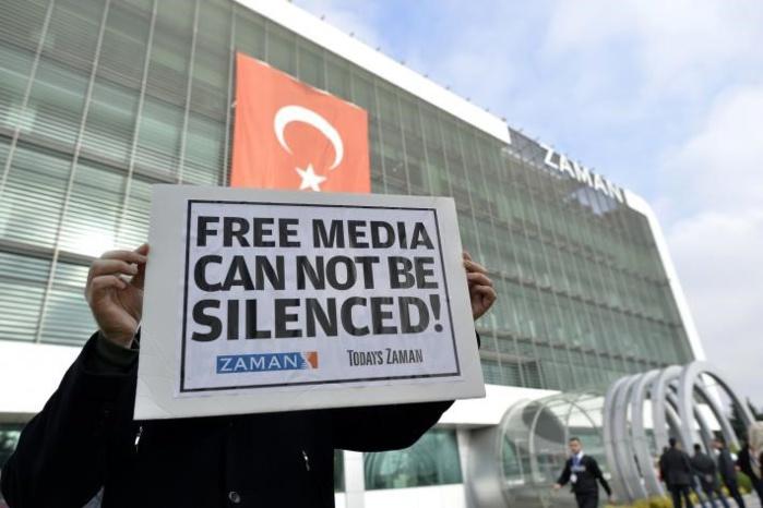 La police turque dans les locaux de Zaman : Le rédacteur en chef arrêté