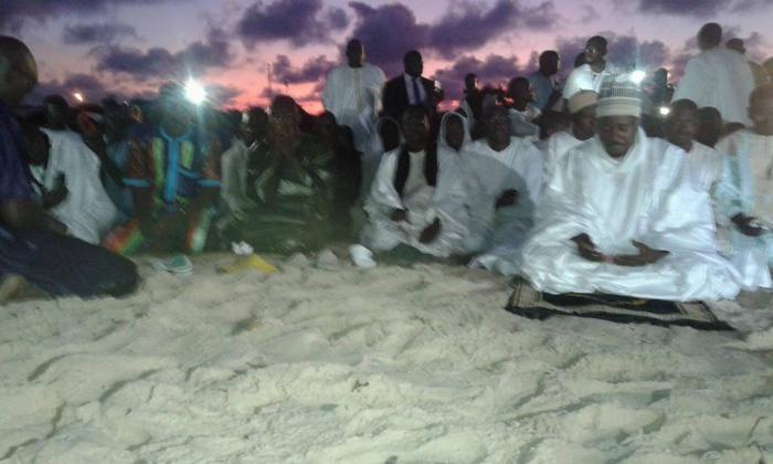 (Images) Waajal Magal 2015 | Gabon | Port-Gentil | Serigne Bassirou Mbacké Abdou Khadre, dirigeant la prière !