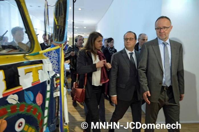 Nouveau Musée de l'Homme de Paris Hollande émerveillé par le car rapide Dakarois
