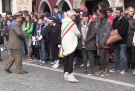 ITALIE : Le maire de Portogruaro, Maria Teresa refuse de serrer la main à une étudiante noire