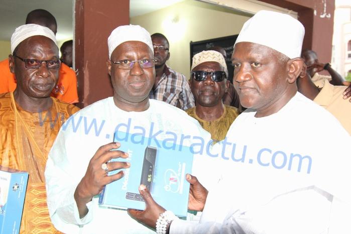 Télévision numérique terrestre : Le DG de l'ARTP remet des décodeurs aux notables de M'bao (IMAGES)