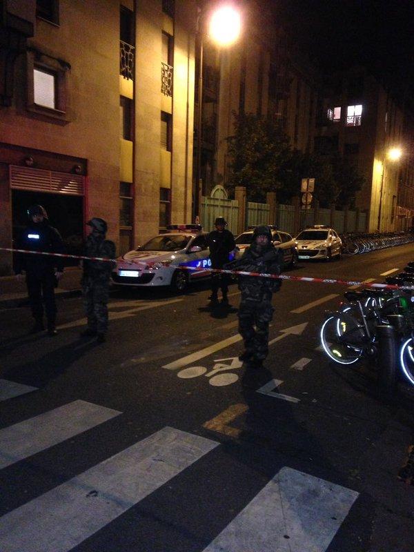 L'armée est postée au quai de Jemmapes dans le 10e arrondissement de Paris