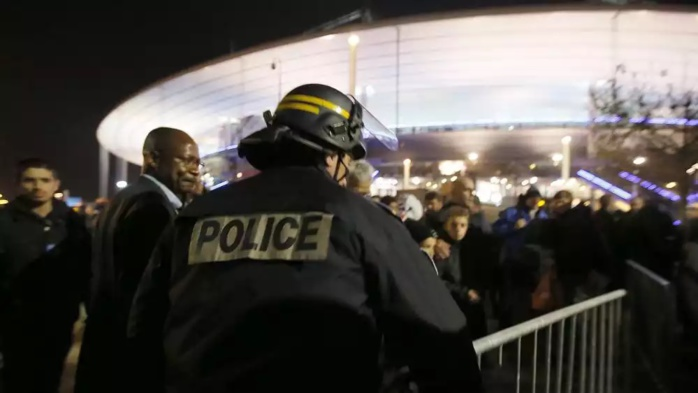 L'une des explosions près du Stade de France a été provoquée par un kamikaze, selon l'AFP