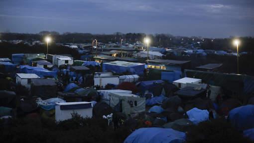 """CRISE DES RÉFUGIÉS : Vaste incendie dans """"la jungle de Calais"""""""