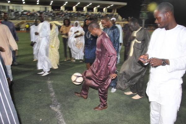 M'BOUR : Abdou M'bow en pleine séance de jonglage...