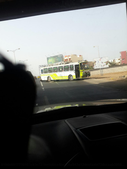 Route de l'Aéroport : Ce bus (Images) roule en sens inverse et bloque l'accès à l'échangeur de Ouest foire