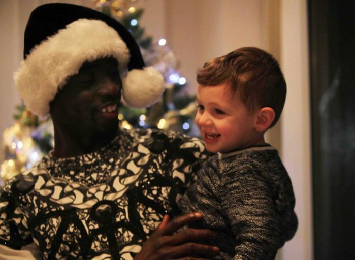 Londres-Noël : Papis Demba Cissé ouvre les portes de sa maison aux enfants.