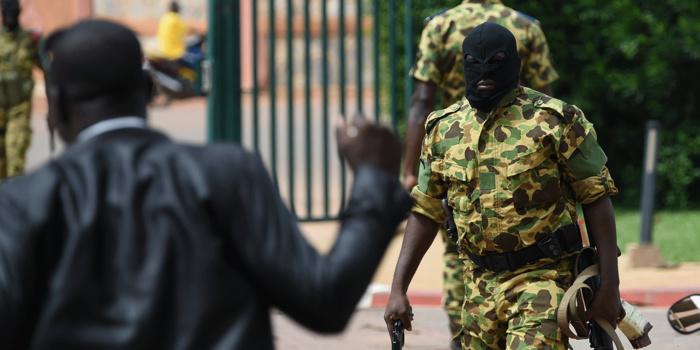 """""""Ils tiraient sur les gens à bout portant"""": les témoignages glaçants des rescapés des attentats de Ouagadougou"""