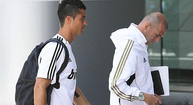 Real de Madrid : Cristiano Ronaldo cire les pompes de Zidane, «il fait mieux les choses»