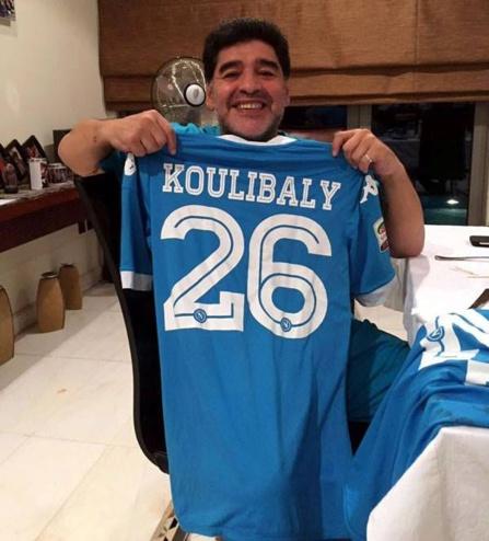PHOTO : Diego Maradona s'affiche avec le maillot de Kalidou Koulibaly
