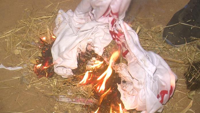 TOUBA SAM - Des jeunes de la coalition du Non brûlent leurs tee-shirts