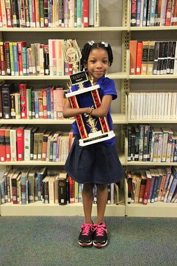 Née sans mains, Anaya, 7 ans, remporte un concours d'écriture