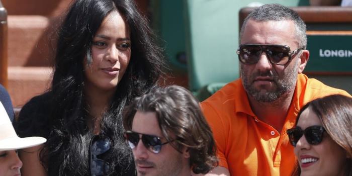 Le mari d'Amel Bent suspecté de trafic de permis de conduire