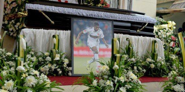 cameroun inhumation du footballeur patrick ekeng d c d lors d un match jeune afrique. Black Bedroom Furniture Sets. Home Design Ideas