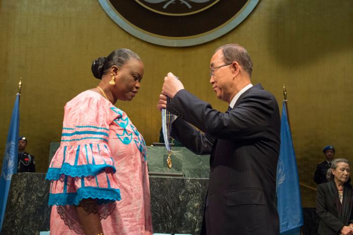 """Le Secrétaire général Ban Ki-moon remet la """"Médaille Capitaine Mbaye Diagne pour courage exceptionnel"""" à la veuve du Capitaine Diagne. Photo ONU/Eskinder Debebe"""
