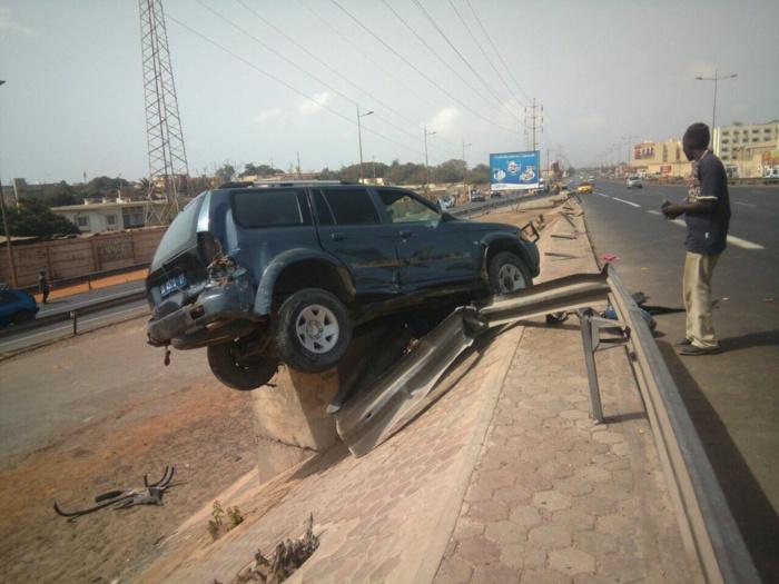 Fausse manœuvre : Sa voiture se retrouve juchée sur une bouche d'évacuation au bas de l'autoroute