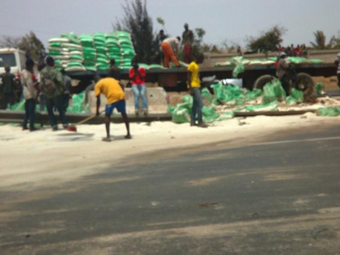 Grave accident sur l'autoroute : des camions gros porteurs qui faisaient la course causent plusieurs blessés
