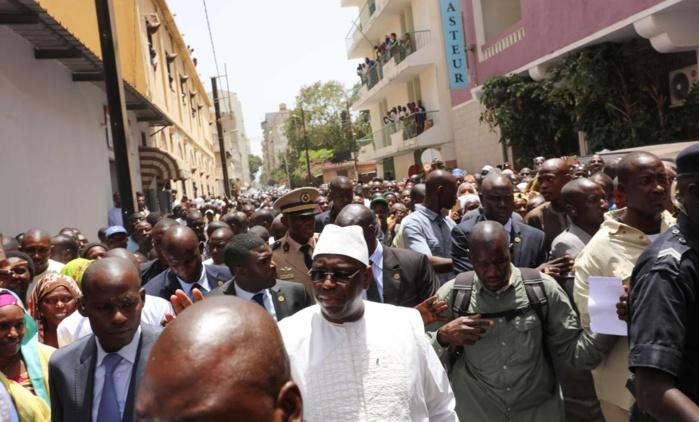 PRIÈRE DU VENDREDI : Le président Macky Sall quitte le palais à pied pour aller prier à la mosquée de la rue Blanchot