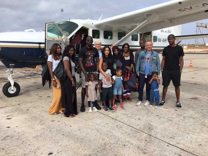 Le joueur de Liverpool Mamadou Sakho pose avec sa famille à leur arrivée au Sénégal