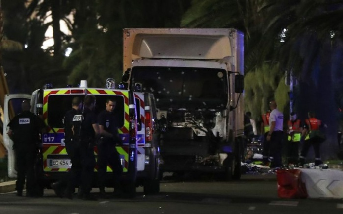 Attaque à nice : une soixantaine de morts, un suspect abattu