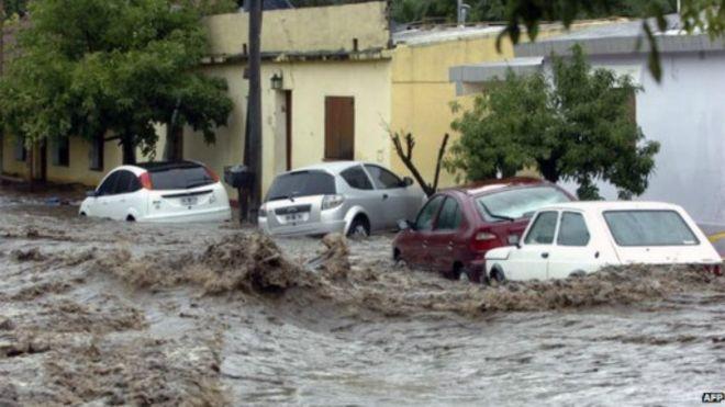 HIVERNAGE A KAOLACK-  Camions Maliens à l'arrêt, poteau électrique de Sibassor bousillé et quartiers inondés