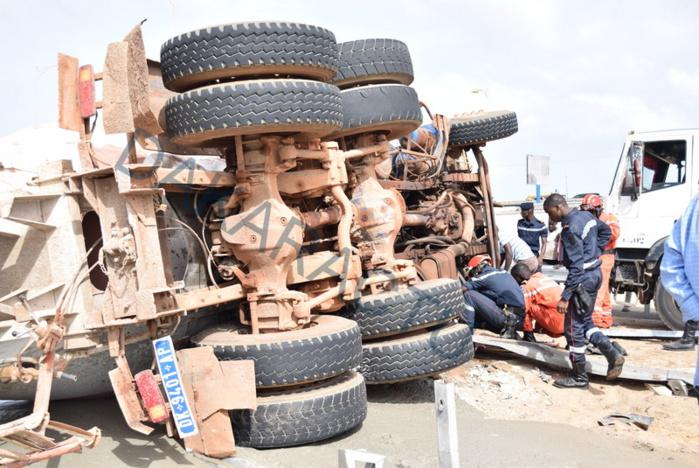 ACCIDENT : Un camion se renverse sur l'autoroute