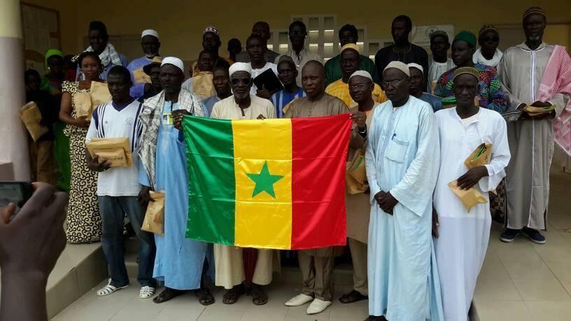 Pour authentifier les actes administratifs des chefs de village : Le maire de Niakhar leur distribue des cachets et un drapeau