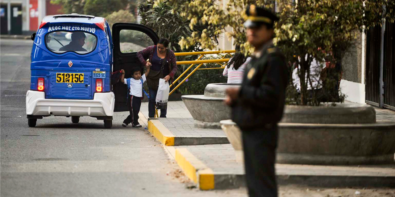 PÉROU : Un policier corrompu, surpris en flagrant délit, avale le billet