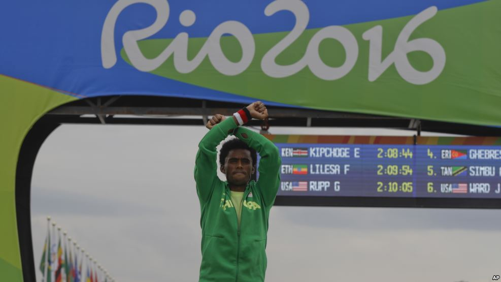 Le marathonien éthiopien ayant protesté aux JO ne sera pas inquiété promet Addis Abeba