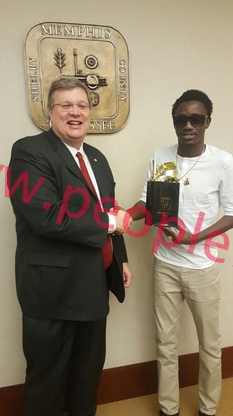 Tournée américaine : Wally Ballago Seck pose avec le maire de Memphis et le chanteur John Legend
