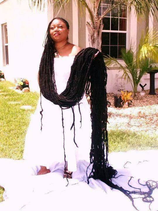 Voici  la femme qui a les cheveux les plus longs au monde soit 17m