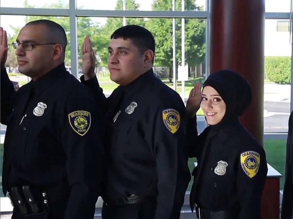 Une autre leçon des USA à la France : Une policière musulmane voilée acceptée au Michigan