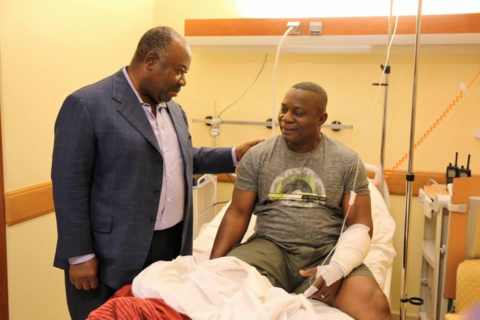 Ali Bongo très ému, rend visite aux policiers et militaires blessés