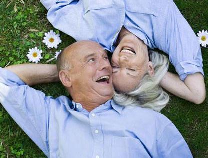 Le sexe risqué pour les hommes vieillissants mais bon pour les femmes plus âgées