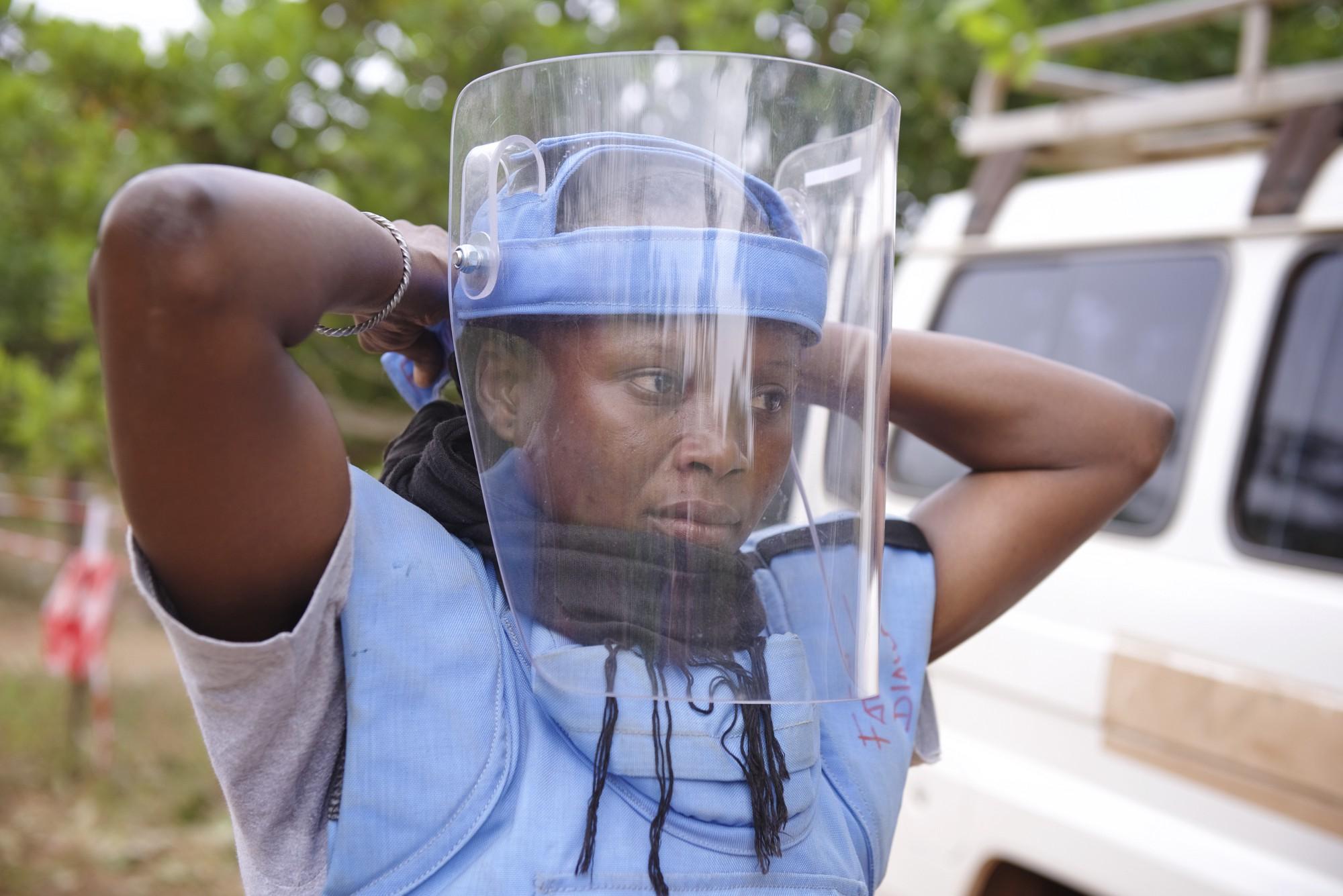 Notre héros du jour: Fatou Diaw, démineur en Casamance! Son métier: risquer sa vie à enlever les mines qui ont fait des centaines de victimes!