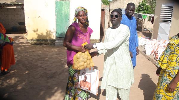 Abdoul Aziz Mbaye, conseiller en NTIC du Chef de l'Etat offre des denrées alimentaires aux populations de Keur Modou Ndiaye, Keur Saïb…