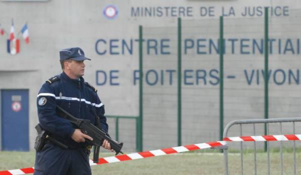Mutinerie dans une prison française, un bâtiment incendié