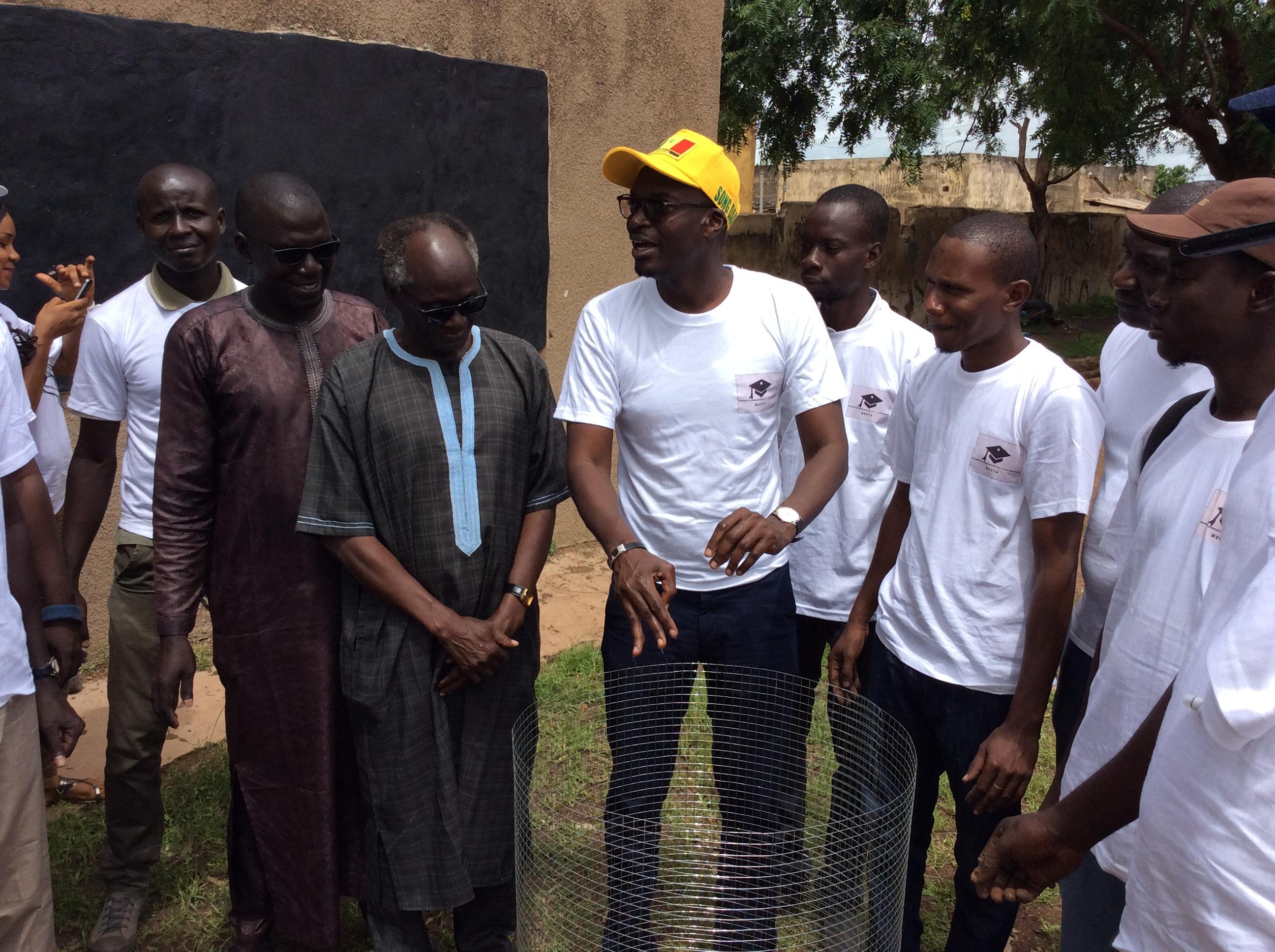ÉDUCATION : UBI TEY JANG TEY, Mamadou KASSÉ donne le ton à Tambacounda par un désherbage et un reboisement dans les écoles de la commune.   ( IMAGES )