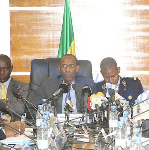 Le ministre de l'Intérieur Abdoulaye Daouda Diallo reçoit son homologue français Bernard Cazeneuve