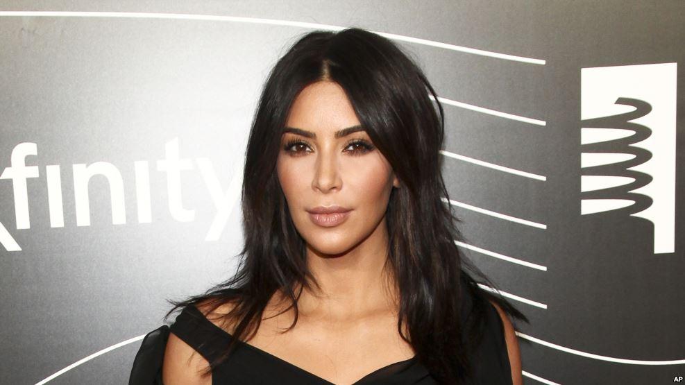 """Kim Kardashian porte plainte après la vidéo tournée """"à son insu"""""""