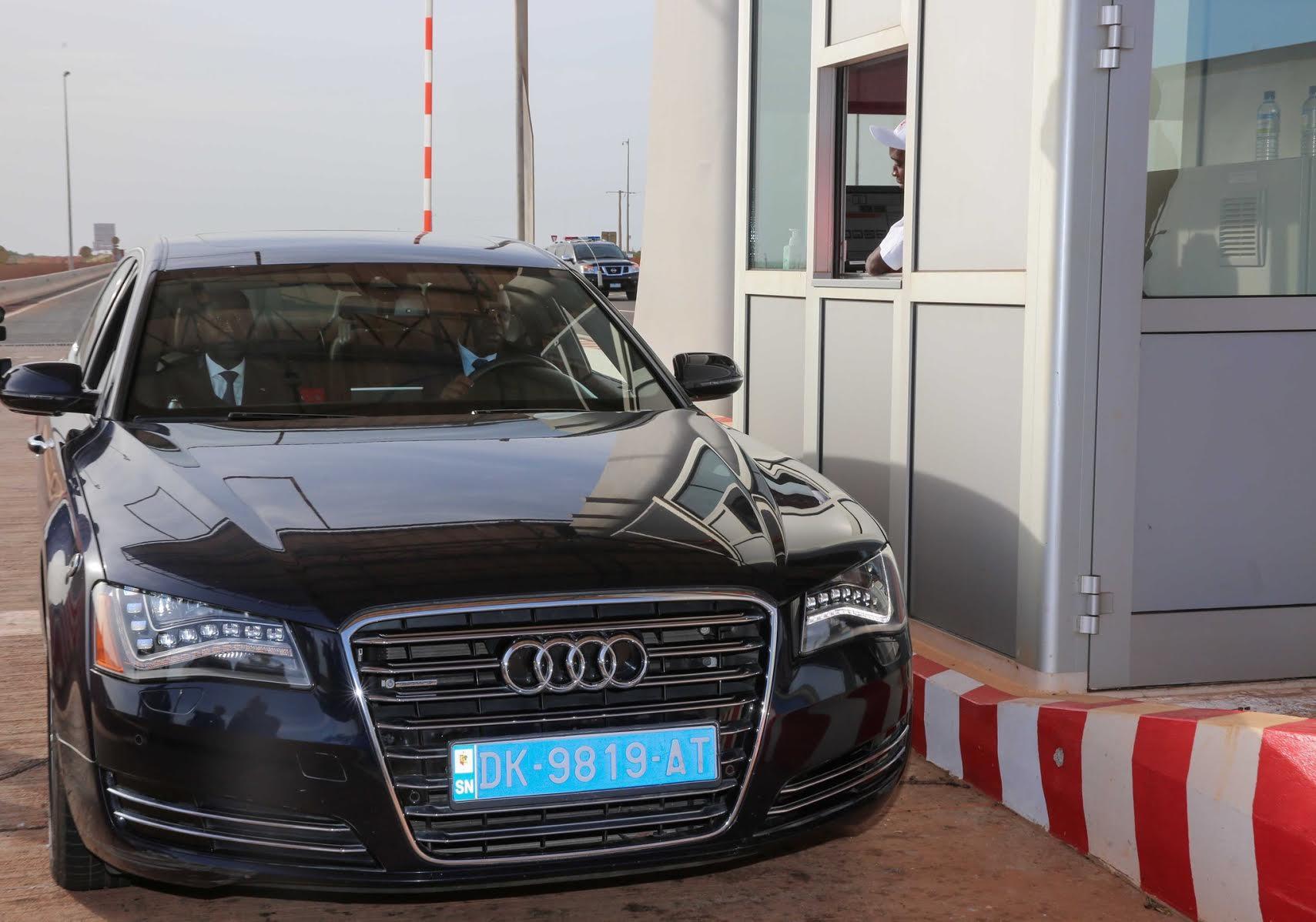 Le Président conduit sa voiture personnelle et embarque son premier ministre sur l'autoroute à péage