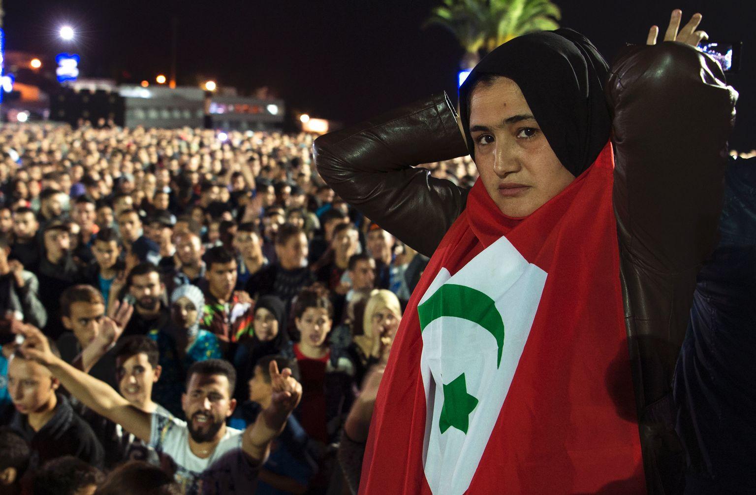La mort atroce d'un vendeur de poissons choque le Maroc
