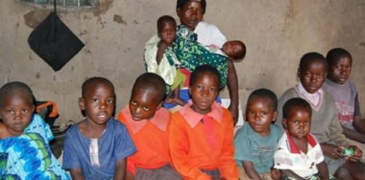 Elle accouche des jumeaux pour la 6ème fois, son mari fuit la maison, l'abandonnant avec les enfants (Photos)
