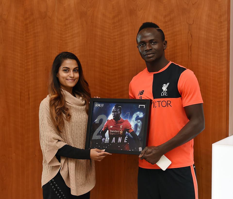 50 meilleurs footballeurs de 2016 : Sadio Mané pose avec son trophée