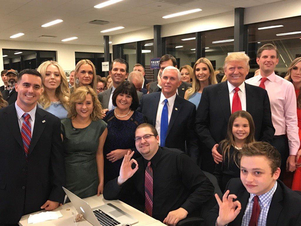 Les Trump tout sourire en regardant les résultats