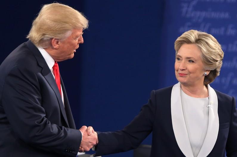 Hillary totalise 200 000 voix de plus que Trump mais les grands électeurs la font perdre... Système électoral bizarre. Le peuple vote pour un candidat, une minorité décident !