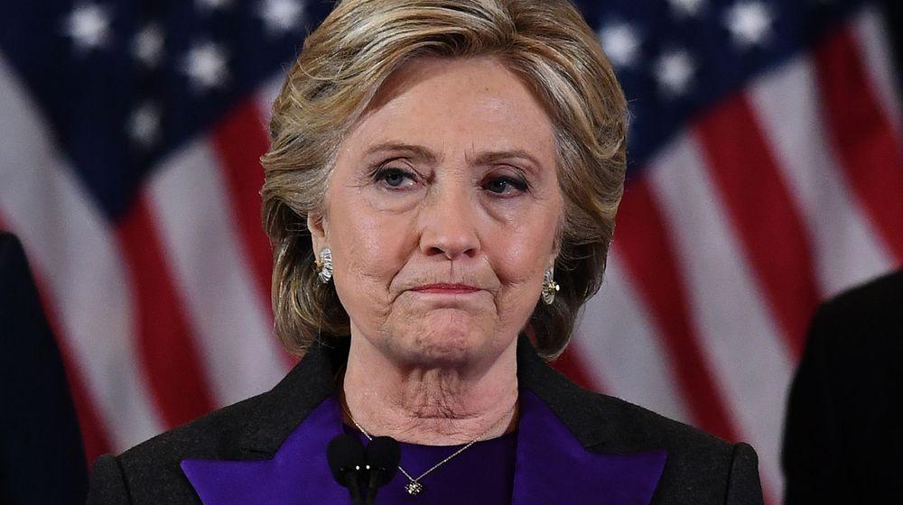 """Hillary Clinton accuse le chef du FBI d'avoir """"stoppé l'élan de sa campagne"""""""